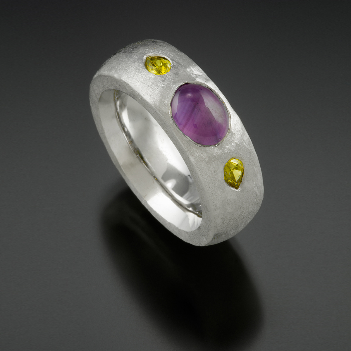 18K white gold ring with purple star Sapphire and yellow Diamonds