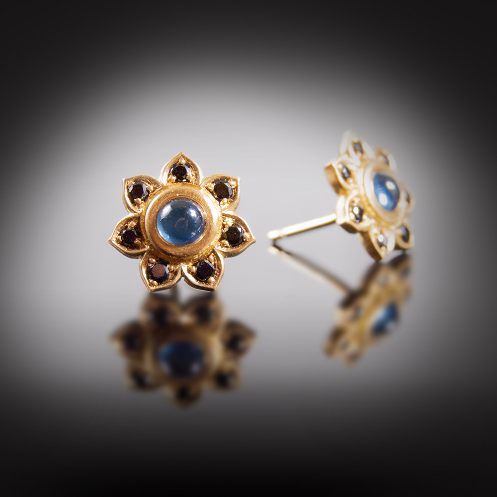 18K brushed yellow gold stud earrings with Sapphire cabochons and black Diamonds