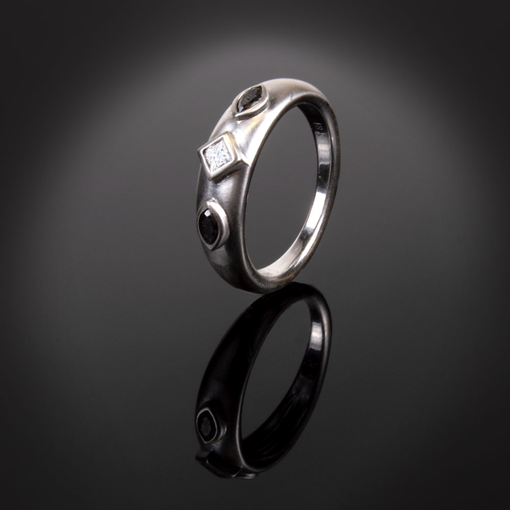 18K brushed white gold ring with colorless and black Diamonds