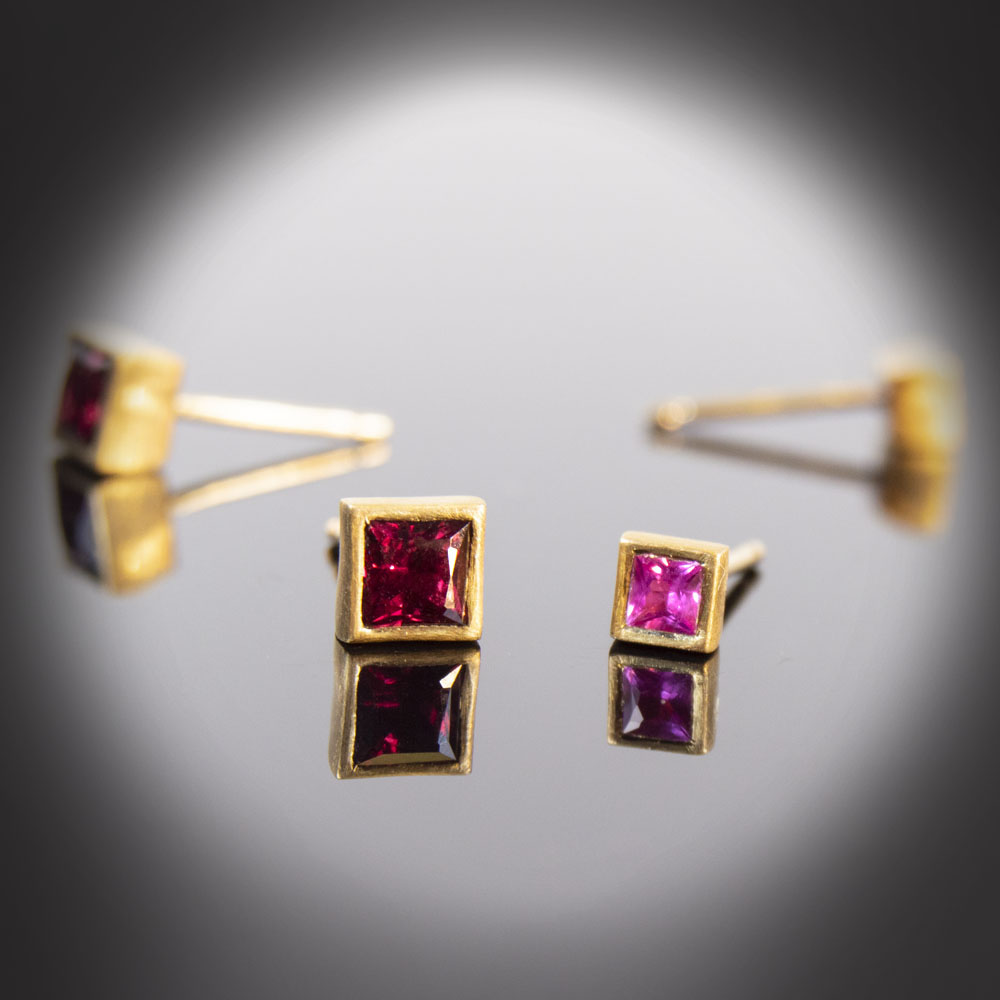 18K brushed yellow gold stud earrings with Rubies