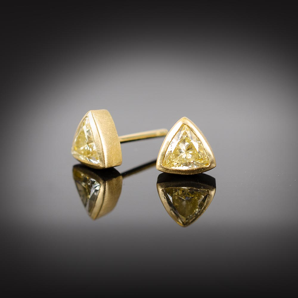 Brushed 18K gold stud earrings with triangular yellow Diamonds
