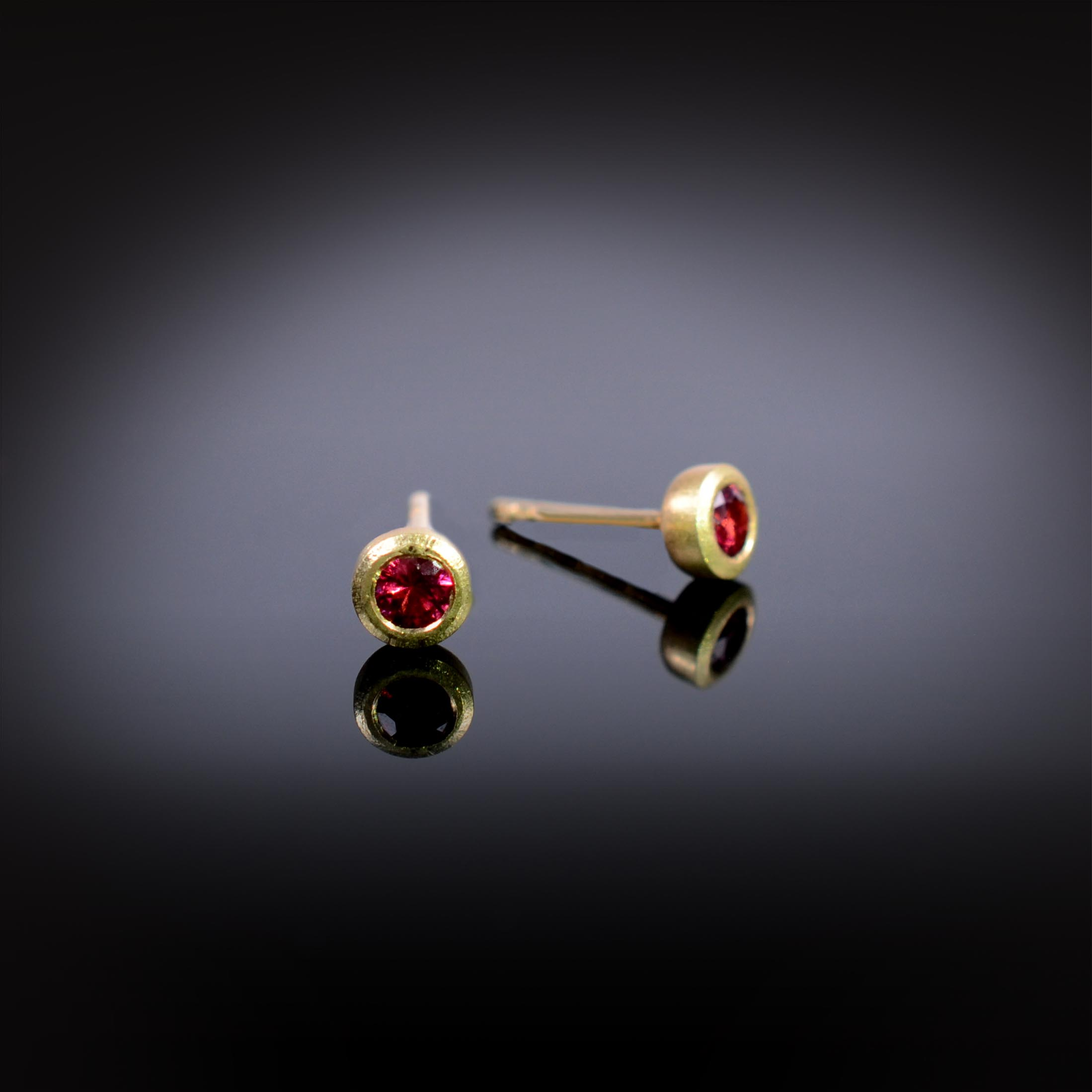 18K brushed yellow gold stud earrings with red Spinels